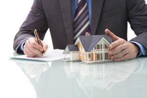 asesoramiento inmobiliario en Valencia - mesa con reflejo