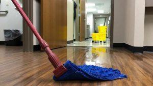 limpieza de oficinas en Valencia - fregona