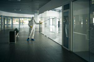 limpieza de centros comerciales valencia - desinfectando