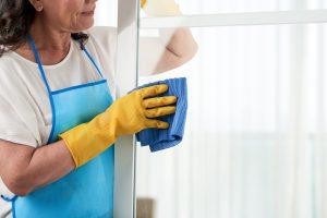 limpieza de centros comerciales valencia- mujer con un paño